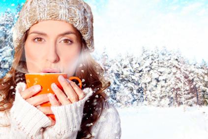 Frau mit Tee im Winter