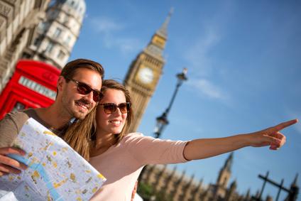 Zwei Touristen in London am Big Ben