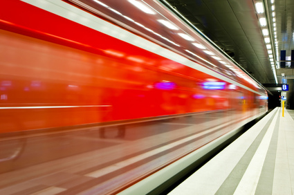 Zug schnell in Bahnhof einfahrend