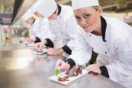Köche während der Zubereitung von Speisen