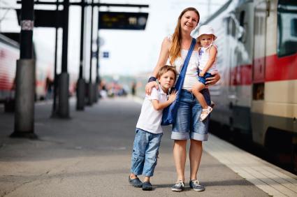 Mutter mit zwei Kindern am Bahnhof