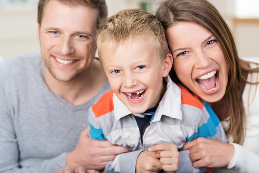 Eltern mit Kind gemeinsam auf Reise