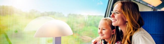 Frau mit Kind im Zug