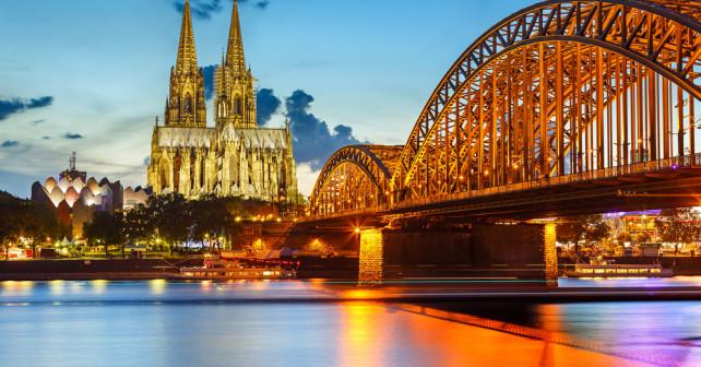 Köln mit Rheinufer Brücke