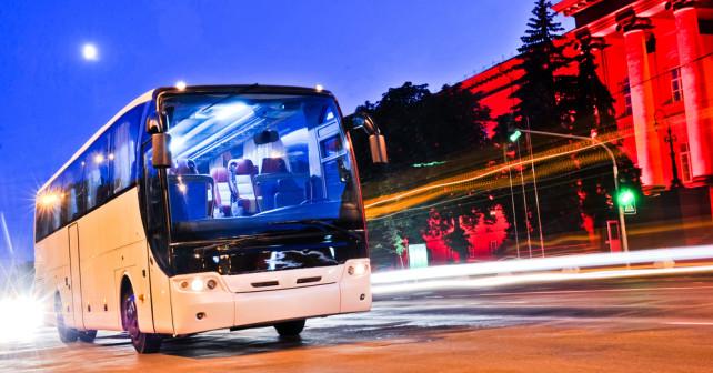 Fernbus Linienbus in Stadt bei Nacht
