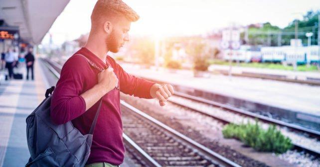 Mann am Bahnsteig wartet auf Zug