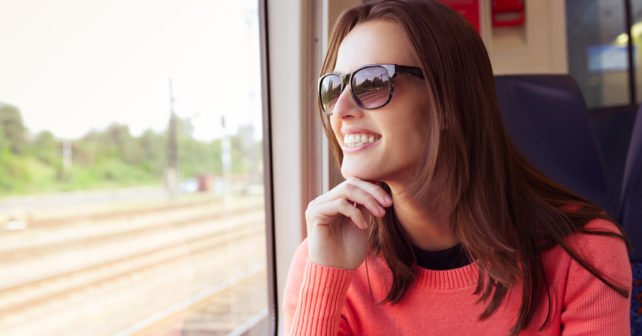 Festpreis-Ticket Teaser - Frau fährt in Bahn