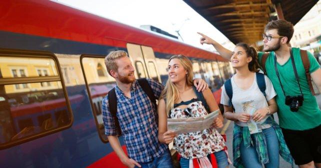 Gruppe mit Sparpreis Ticket auf Bahnhof