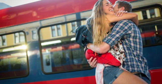 Junges Pärchen am Bahnhof vor Zug