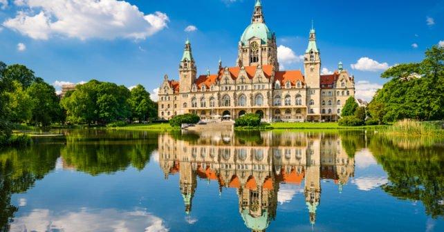 Bahn nach Hannover mit Rathaus