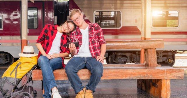 Mann und Frau reisen mit dem Super Sparpreis Ticket Angebot