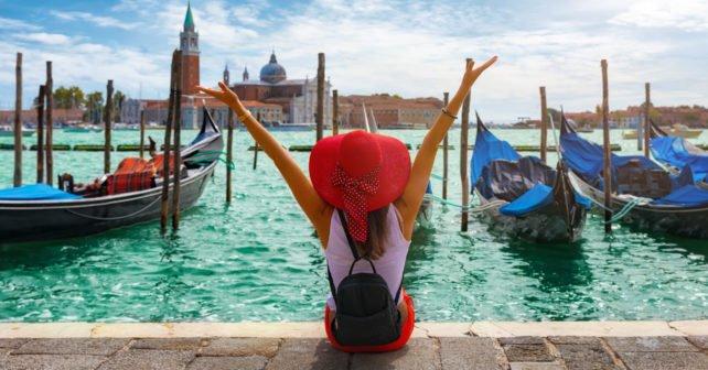Frau an den Gondeln von Italien mit dem Sparpreis Europa