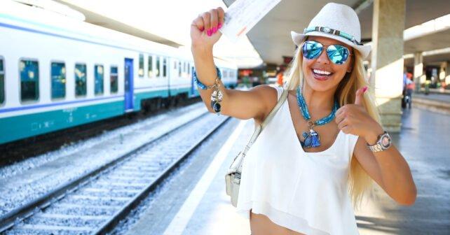 Frau reist mit Bahn eCoupon Gutschein